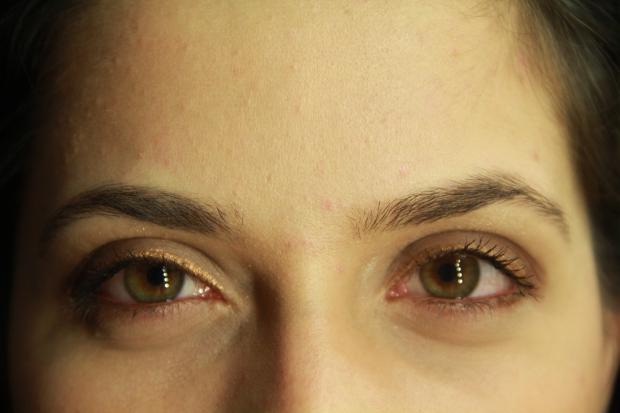 A Maria delicadeza nata em pessoa, também aplicou pequenos detalhes no rosto! amei esse delineado finissímo dourado.